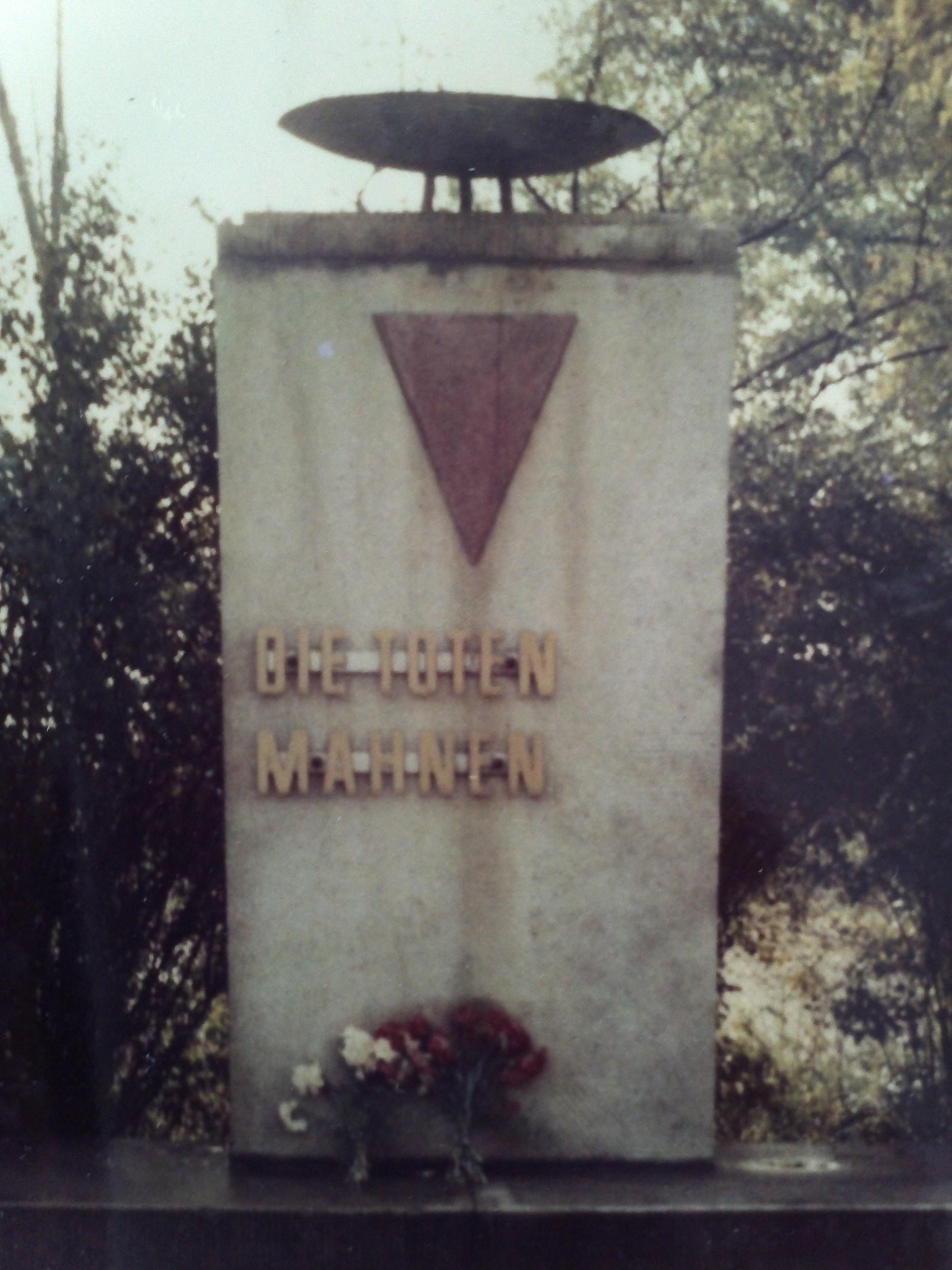 <a id='anker8' href='https://versteckte-geschichte-markkleeberg.de/quellenverzeichnis#erinnerungs-und-gedenkkultur8' target='_new'>Abb. 1: Denkmal am Rathausplatz <br /> im ursprünglichen Zustand</a>